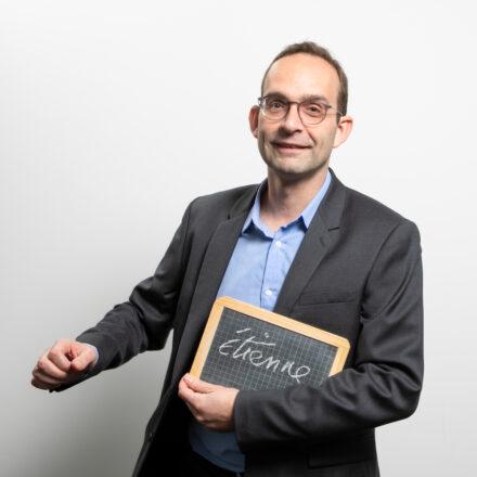 Le Nudge : un vrai levier (aussi) sur les enjeux de formation? – Interview d'Etienne Bressoud, auteur de 'Nudge et autres coups de pouce pour mieux apprendre'